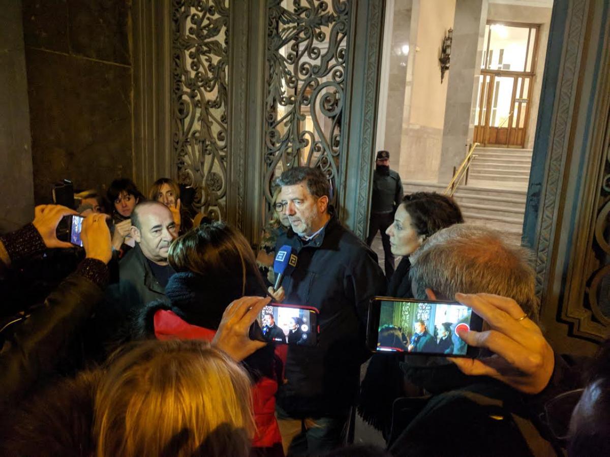 Francisco García, secretario general de FECCOO, atendiendo a la prensa a las puertas del Ministerio.