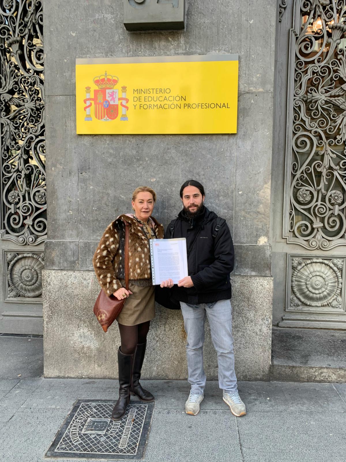 Carmen Perona y José María Ruiz, de CCOO, registrando la carta en el Ministerio de Educación y FP