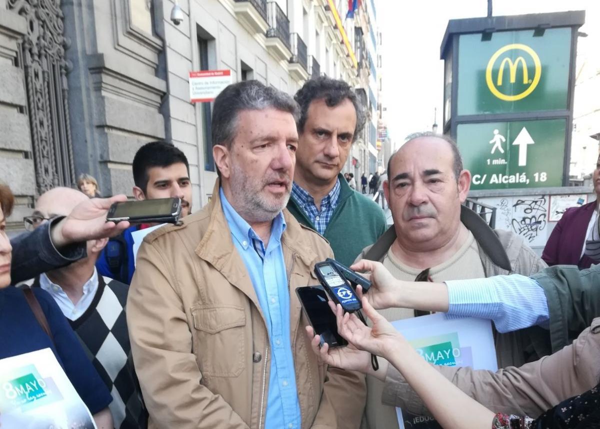 Francisco García, secretario general de FECCOO, atendiendo a los medios.