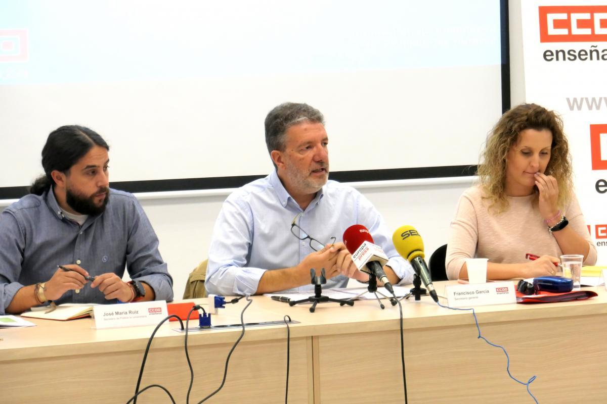 José María Ruiz, Francisco García y Beatriz García de FECCOO en la presentación del Informe de Inicio de Curso 2019-2020