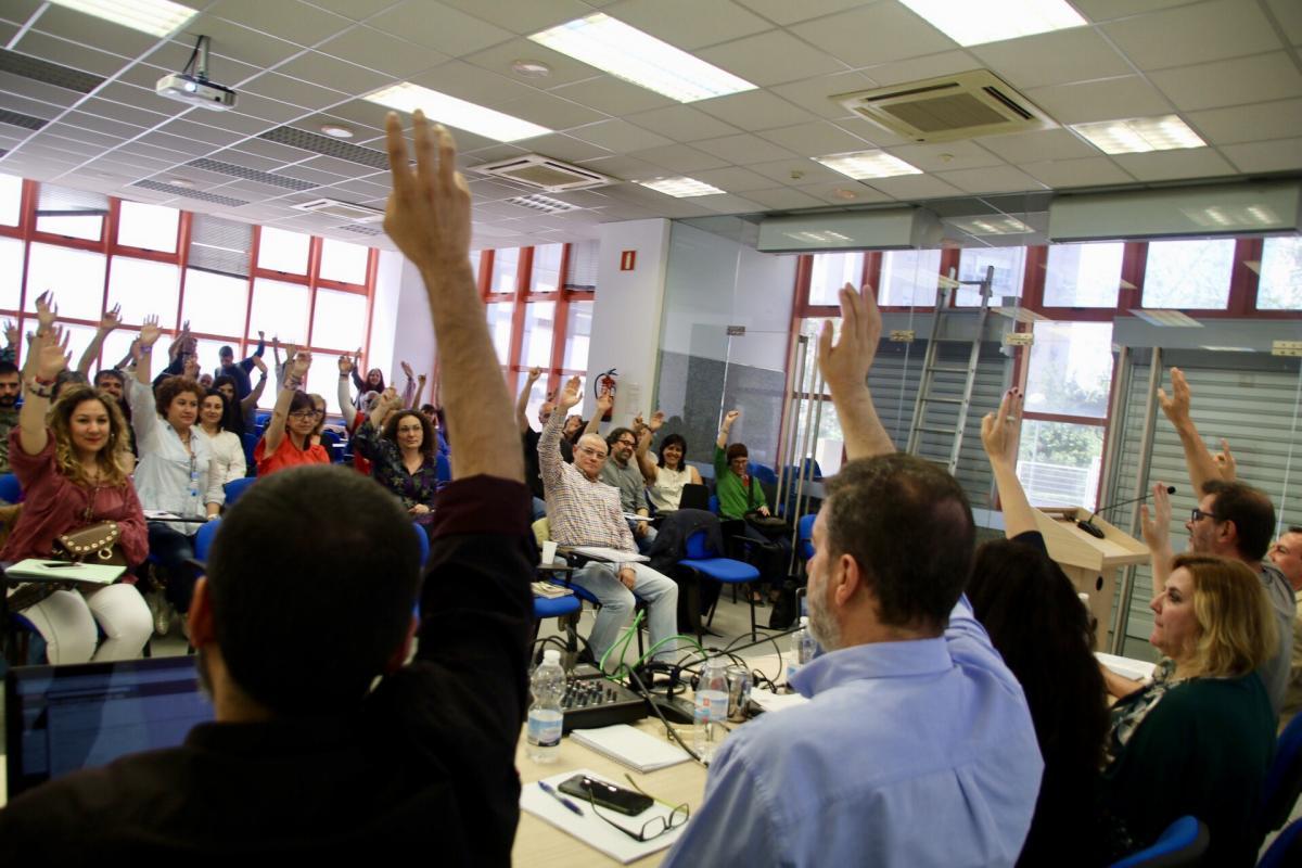 Las personas participantes en el Congreso Extraordinario de Mujer de FECCOO aprueban por unanimidad una resolución condenando la sentencia del caso de la manada.
