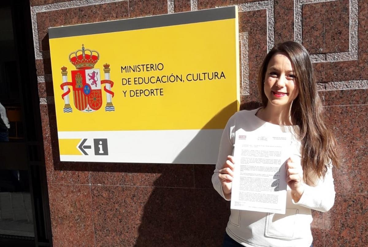 Flora Jordán entregando la reclamación de CCOO en el Ministerio de Educación.