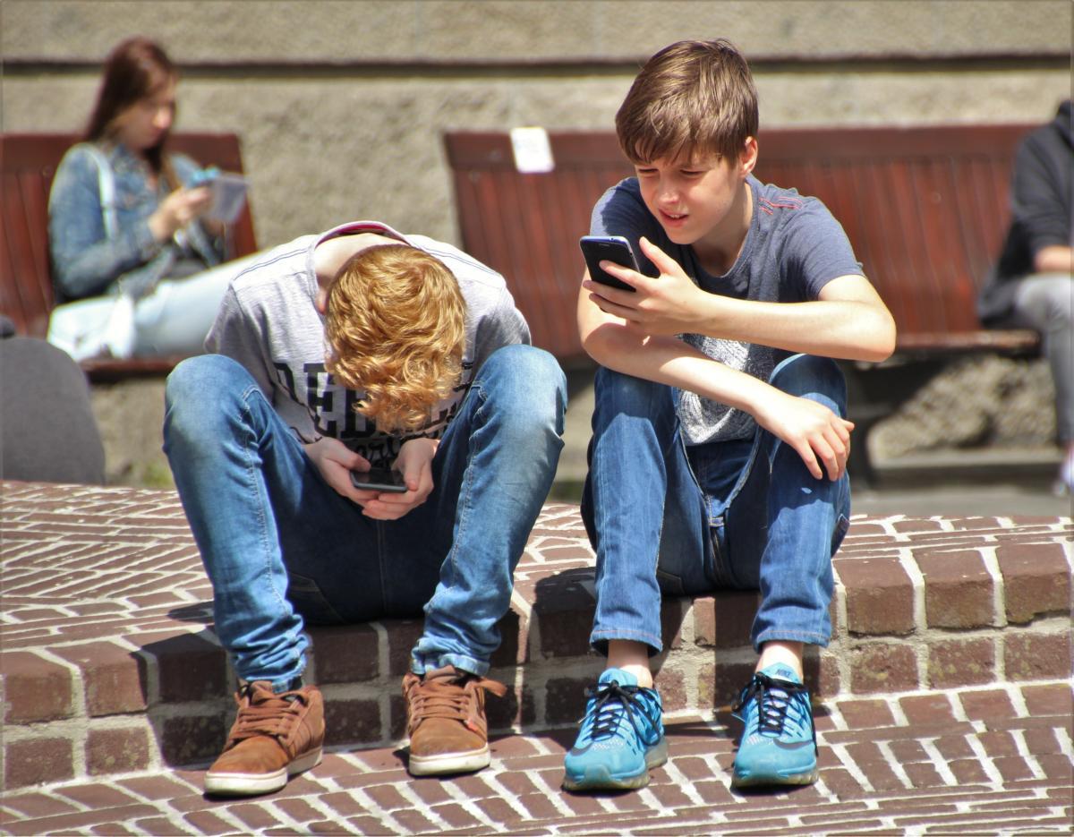 Adolescentes con sus teléfono móviles.