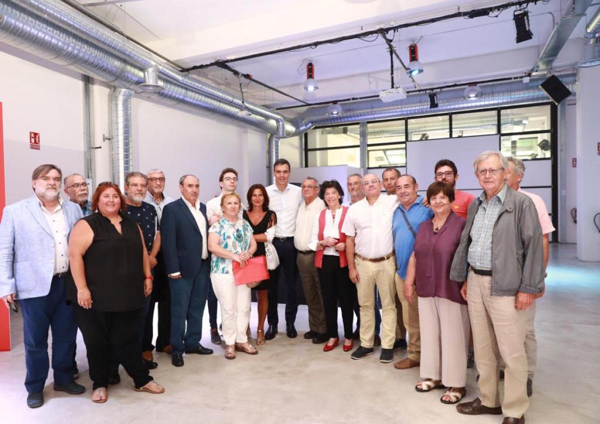 Miembros de la comunidad educativa, entre ellos de la Federación de Enseñanza de CCOO, en la reunión con Pedro Sánchez