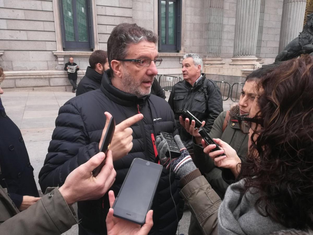 Fco. García, de FECCOO, atendiendo hoy a los medios a las puertas del Congreso de los Diputados.