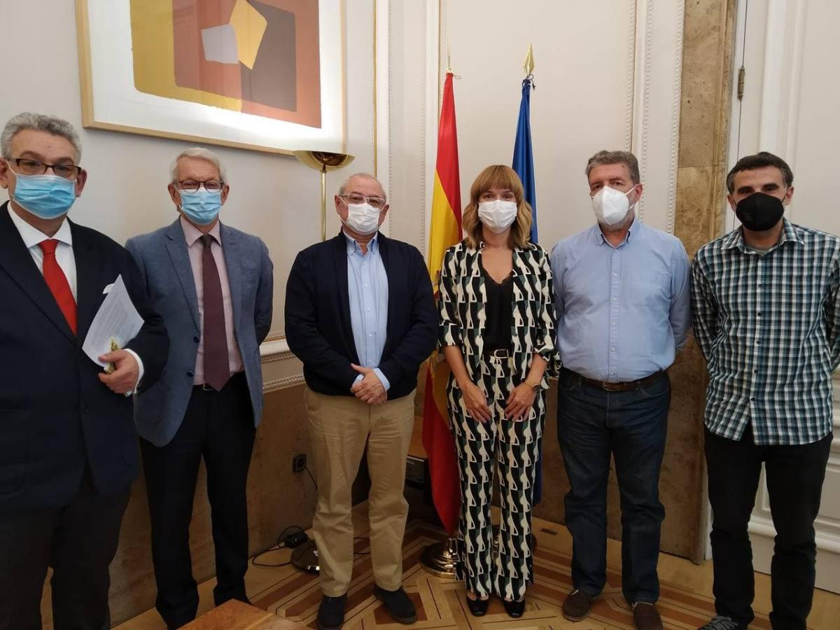 Pilar Alegría, junto a los portavoces de la Federación de Enseñanza de CCOO, y responsables ministeriales.